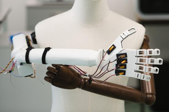 科学家研发新型人造智能皮肤,或让机器人也有触感